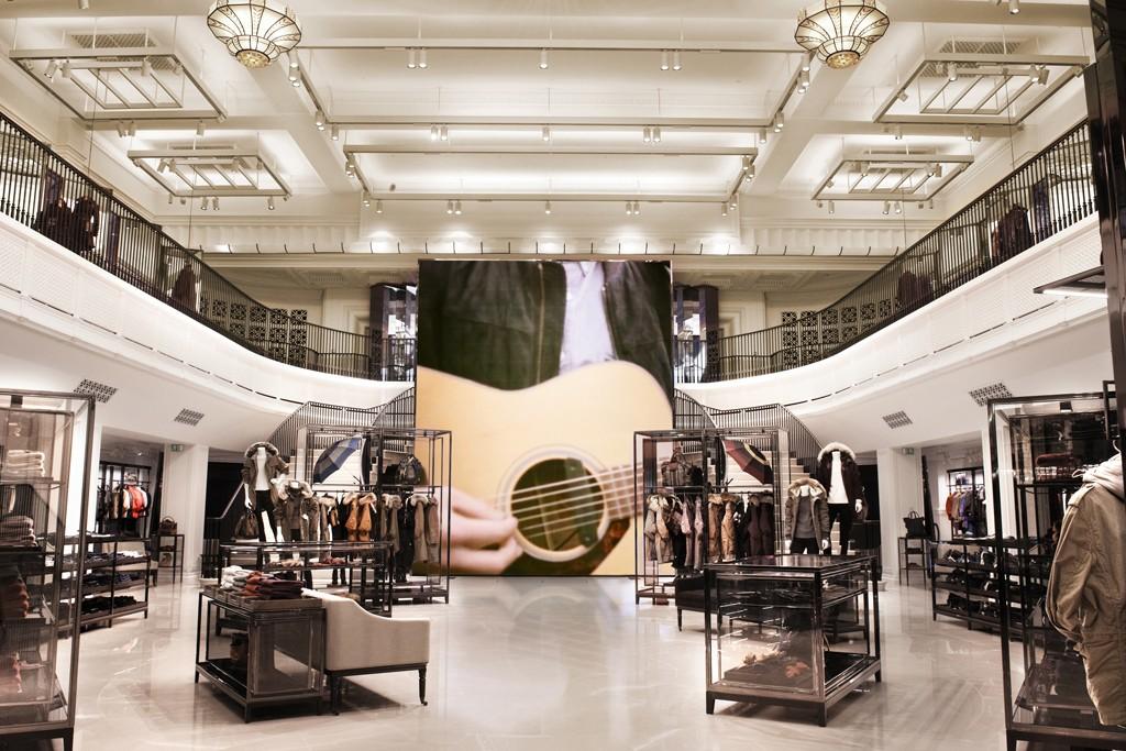 Le magasin Burberry de Regent Street mixe des fonctionnalités online et offline