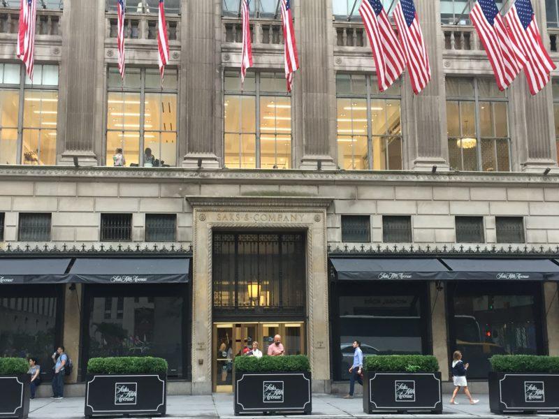 Comment les vendeurs de Saks Fifth Avenue deviennent influenceurs entre deux visites magasin